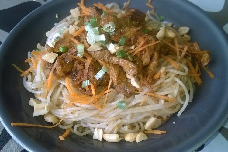 Hoisin vepřové s rýžovými nudlemi