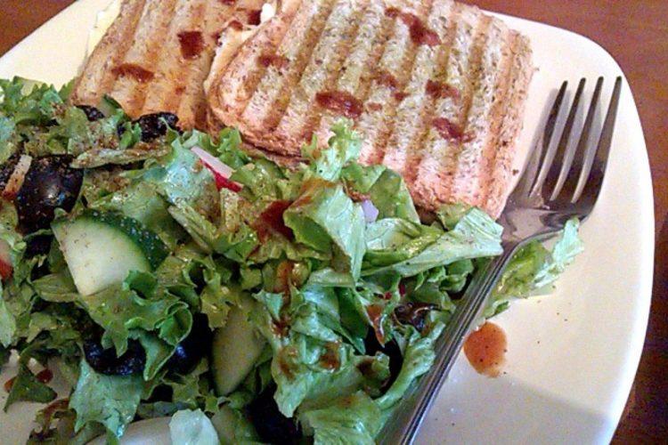 Veganské toasty se salátem a omáčkou chipotle
