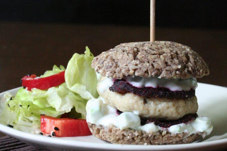 Fitnessburger s pohankovou bulkou, kuřecím a řepou