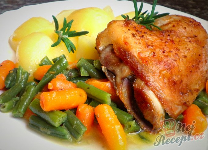 Pečená česneková kuřecí čtvrtka a dušené fazolky s baby karotkou