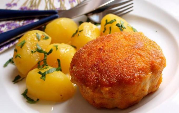 Holandský řízek s vařenými bramborami