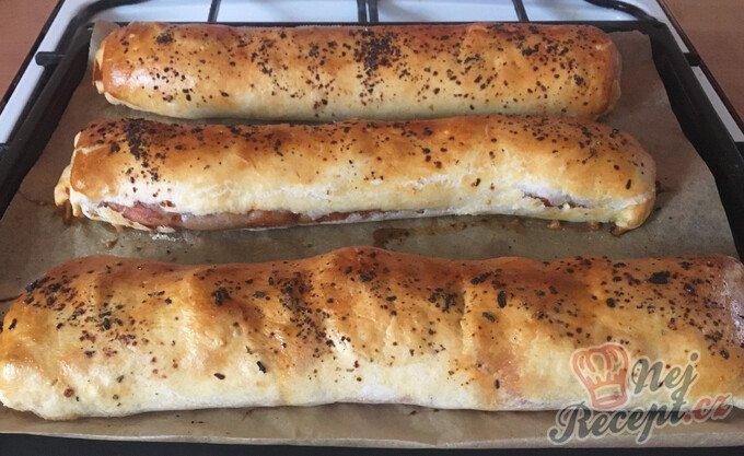 Salámová roláda z listového těsta plněná sýrem a klobáskou