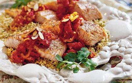 Zdravé tuky a dobrý cholesterol. Losos s mandľami a paradajkami a citrónovou omáčkou
