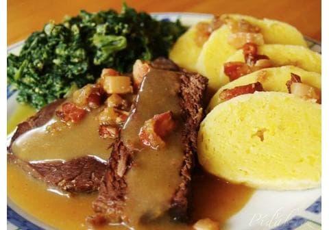 Hovězí na česneku s bramborovým knedlíkem a špenátem