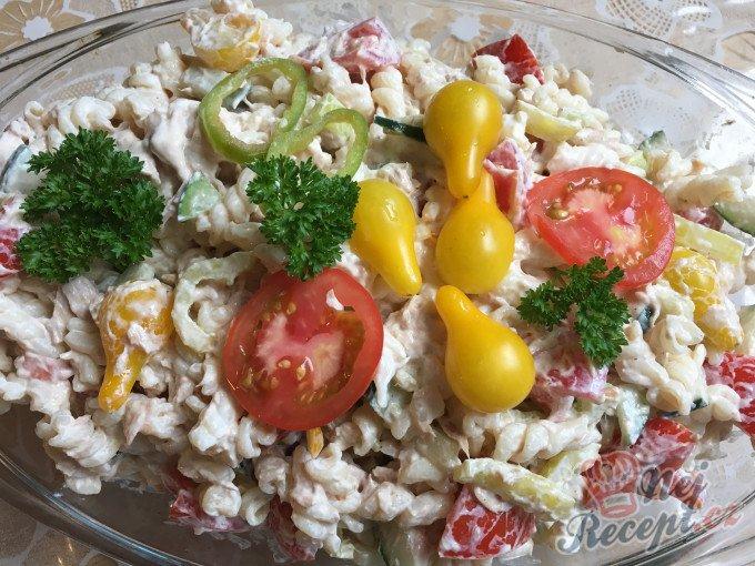 Těstovinový salát s tuňákem a zakysanou smetanou