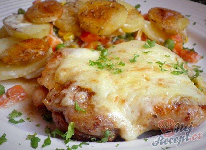 Kuřecí plátek zapečený s uzeným sýrem a smetanové brambůrky se zeleninou