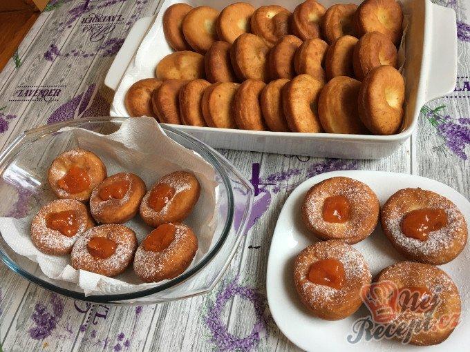 Fantastické máslové koblihy s domácí marmeládou