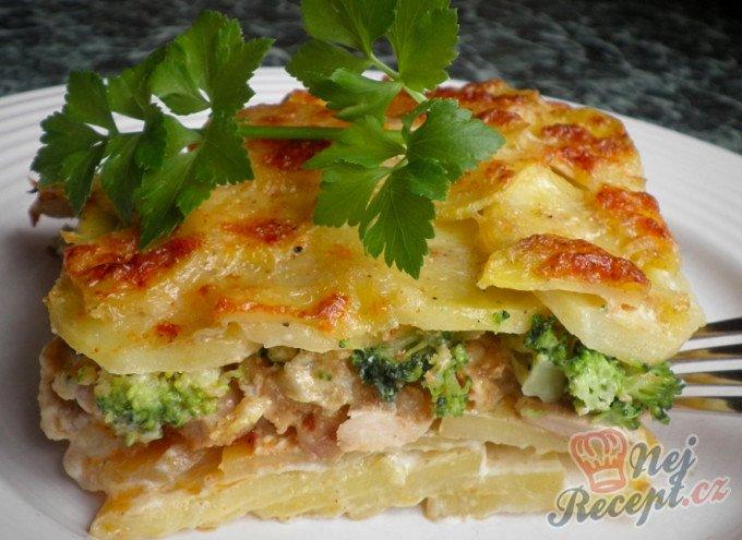 Zapečené brambory se smetanou, brokolicí a kuřecím masem