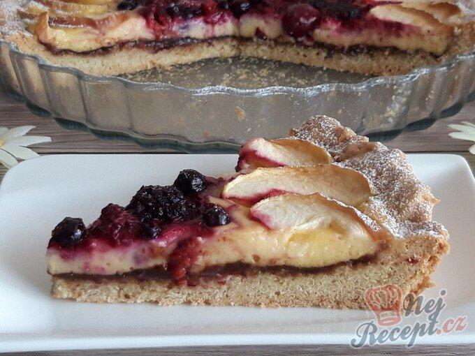 Křehký koláč s vanilkovým krémem a ovocem