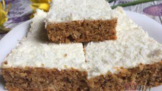 Hrnkový špaldový koláček s mrkví a jogurtovou polevou