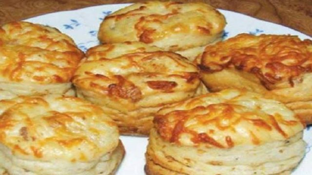 Netradičné zemiakové pagáče posypané strúhaným syrom! Pripravené za 30 minút!
