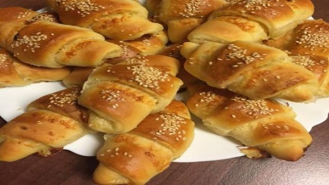 Domáce chrumkavé croissanty plnené syrom a cibuľou – za 20 minút hotové!