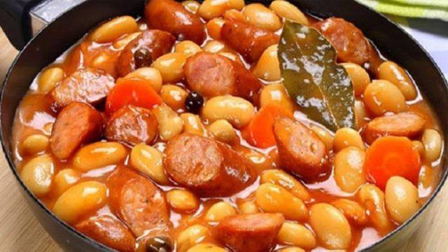 Výborná fazuľa s klobásou a dusenou zeleninou! Rýchla dobrota pre celú rodinu! Vynikajúce!