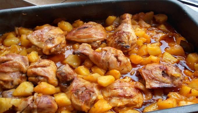 TIP na rýchly VÍKENDOVÝ obed: Famózne zapečené kuracie stehná so zemiakmi a omáčkou v jednom: Mňamka!