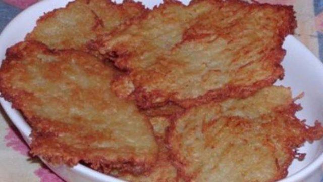 Najchutnejšie krehučké zemiakové placky z panvičky s lahodnou chuťou! Hotové za 5 minút!