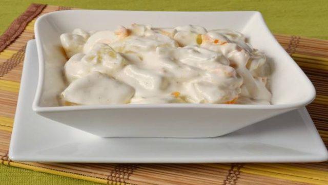 Najlepší domáci zemiakový šalát s vajciami, majonézou a cibuľou!