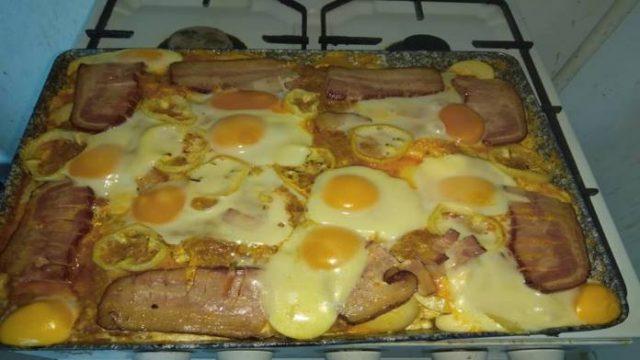 Tieto raňajky budete zbožňovať: Zapečené zemiaky s vajcom a slaninou