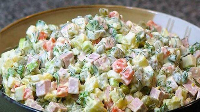 Jednoduchý recept na Veľkonočný zemiakový šalát so zeleninou! Ideálny na sviatky!