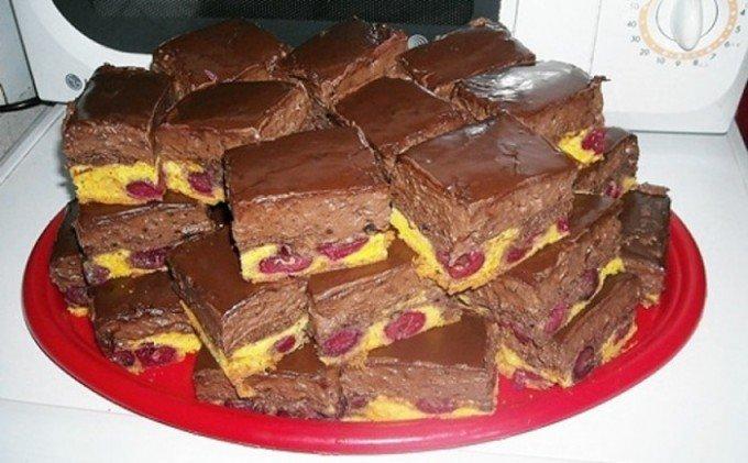 Krémové čokoládové kostky s třešněmi
