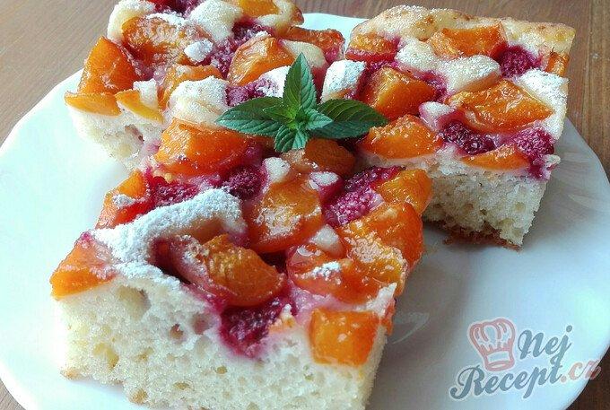 Osvěžující koláček s meruňkami a rybízem
