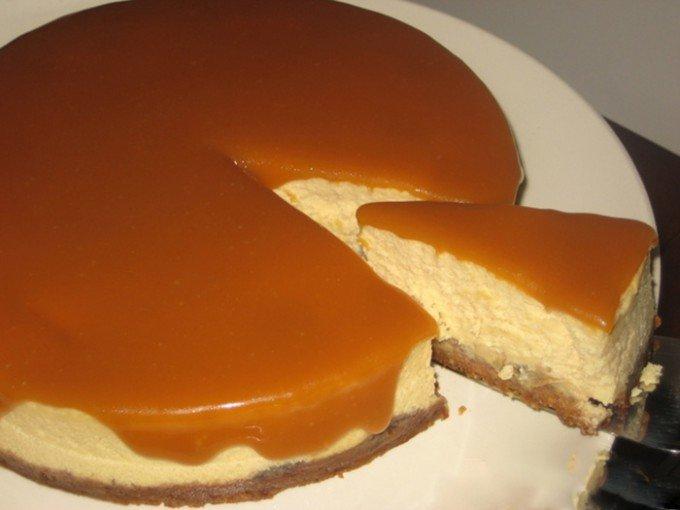 Banánový cheesecake s karamelovou polevou