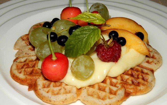 Oříškové vafle s pudinkem a ovocem