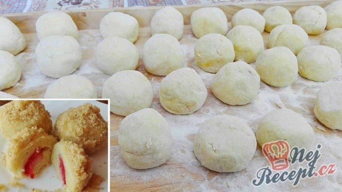 Jahodové koule z bramborového těsta s osmaženou strouhankou